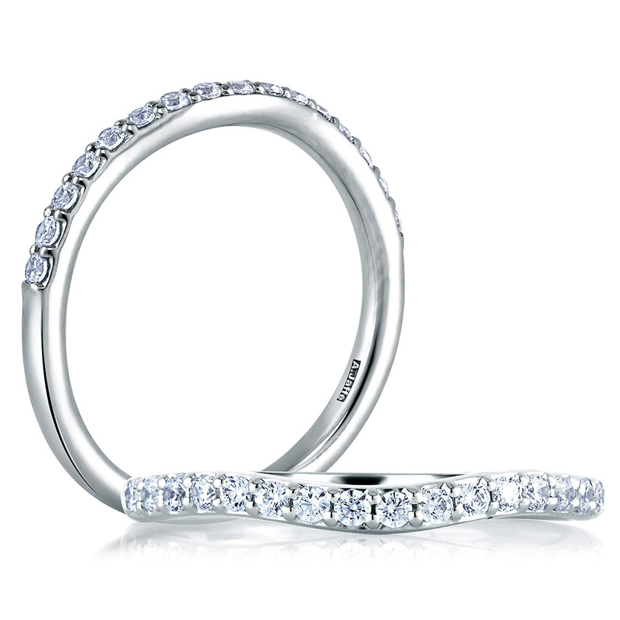 A JAFFE Classic 18 Karat Diamond Wedding Ring MR1582 24